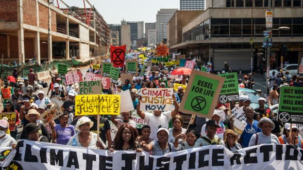 يحتشد المحتجون ضد تغير المناخ كجزء من يوم عمل عالمي حول المناخ في جوهانسبرغ بجنوب إفريقيا - 20 سبتمبر 2019