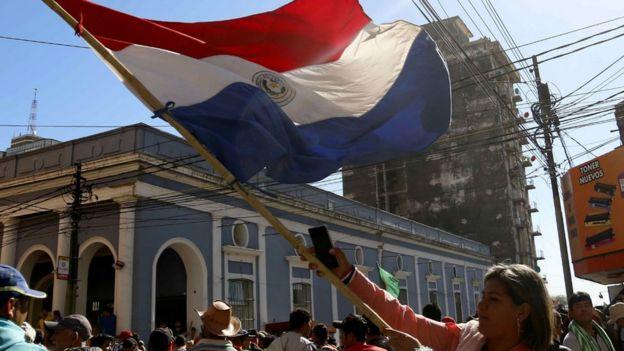 Mujer en Asunción con la bandera de Paraguay.