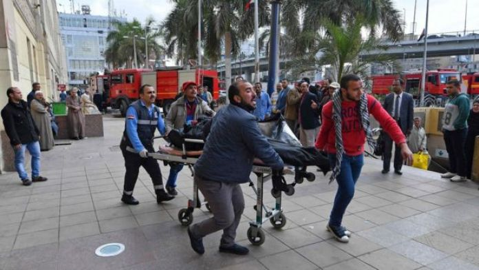 The body of a victim of the train crash and fire at the Ramses Station is taken away in a stretcher (27 February 2019)