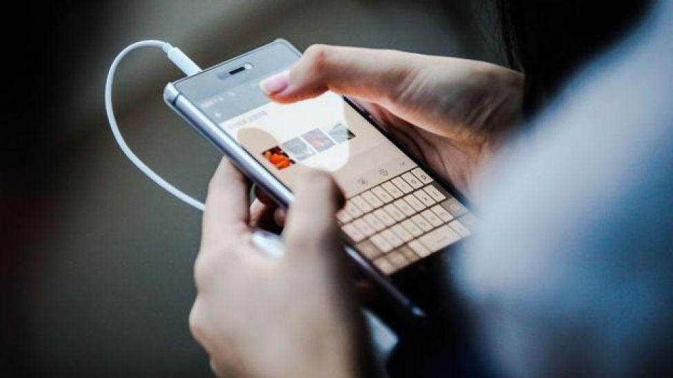 Una persona revisa su teléfono