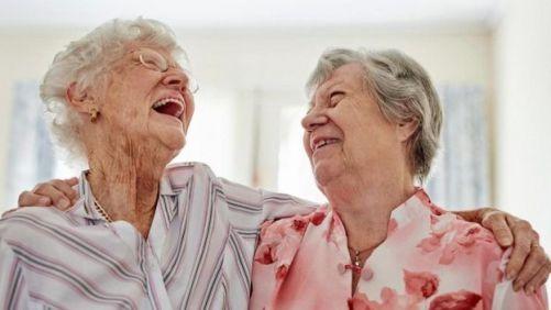 iki yaşlı kadın