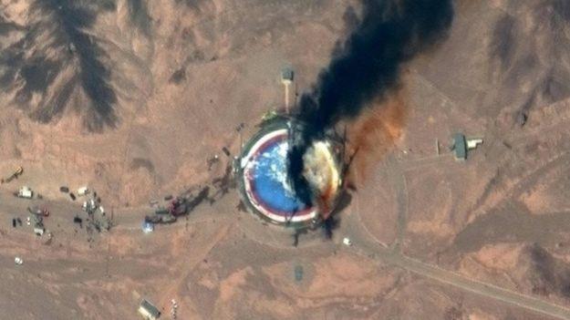 Esta imagen satelital de Maxar Technologies tomada el 29 de agosto muestra los momentos posteriores a una explosión en el Centro Espacial Nacional Imán Jomeini, al sur de Teherán.