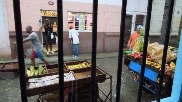 Ngày nay có xe bán nông phẩm trên đường phố là nhờ chính sách cởi mở thương mại gần đây của Cuba