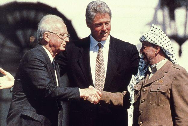 Yitzhak Rabin, Yasser Arafat ve Bill Clinton'ın el sıkışmaları.
