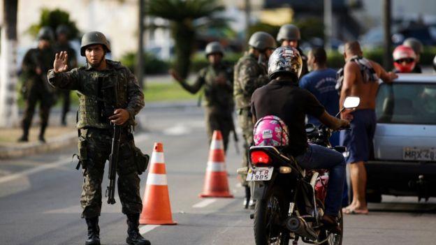 Soldados da Marinha inspecionam carros em Serra, no Espírito Santo, no dia 9 de fevereiro de 2017