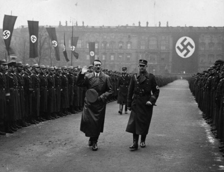 Adolf Hitler revisa las tropas en Belrín en 1936.