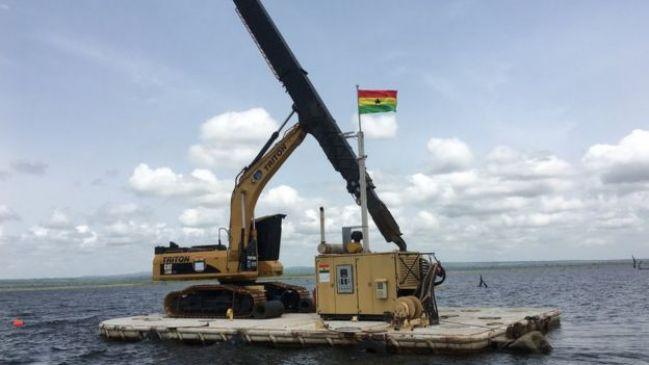 Kete Krachi's machines utilisées pour extraire le bois du lac Volta.