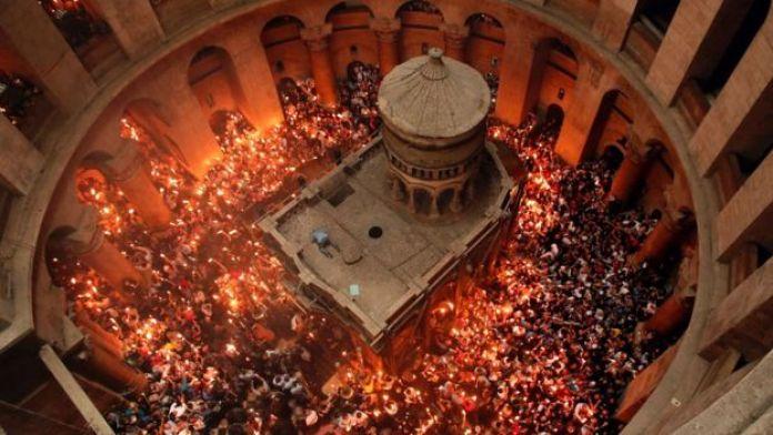 Miles de cristianos se reúnen cada año para rezar en la Iglesia del Santo Sepulcro en la ciudad vieja de Jerusalén