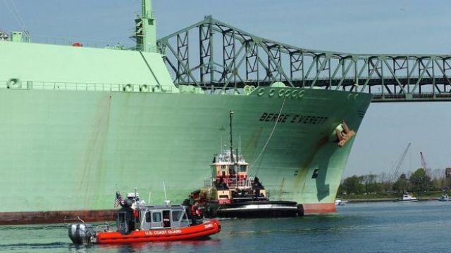 BArco que transporta LNG.