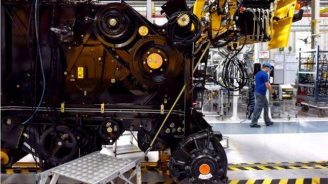 Maquinário industrial em fábrica no Brasil