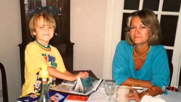 David Challen cuando era niño junto a Sally