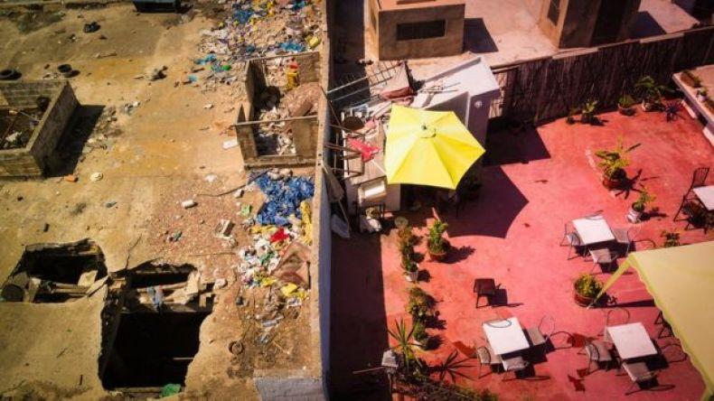 Muro que separa a ricos y pobres en Marruecos.