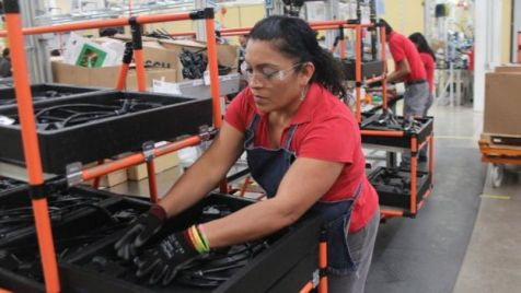 Una mujer en una fábrica de manufacturas