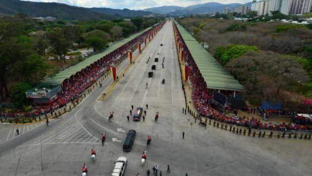 Multitudes despiden al cuerpo de Chávez.