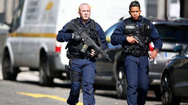 Policías armados