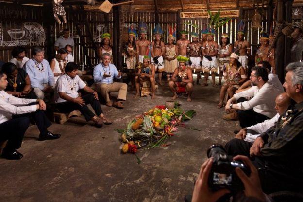 Mandatarios de 7 países en una cabaña indígena