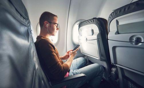 Hombre en avión.