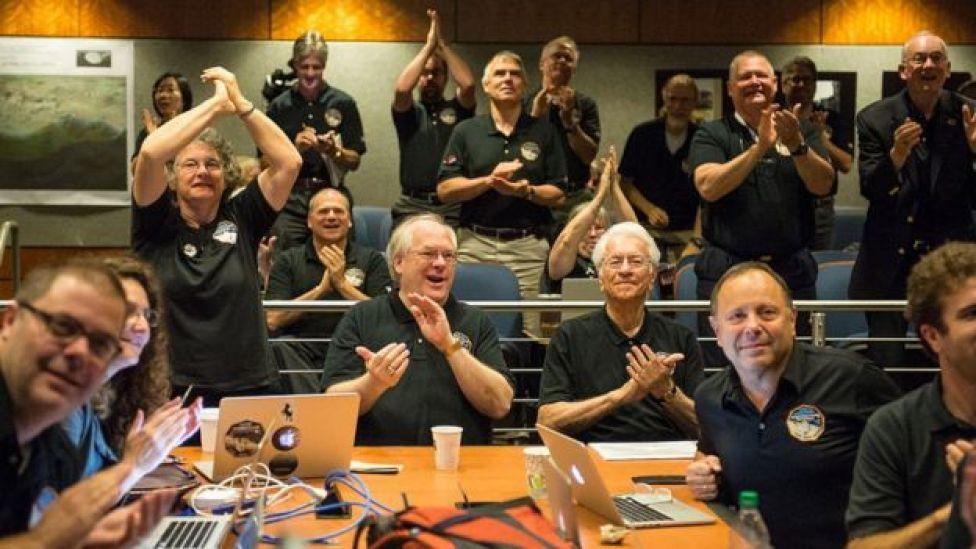 Científicos de la NASA celebran el éxito de la misión New Horizons.