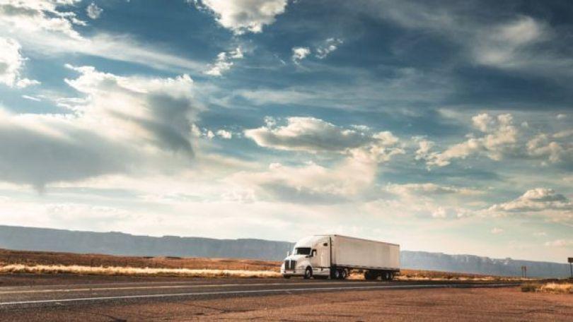 Caminhão em estrada americana