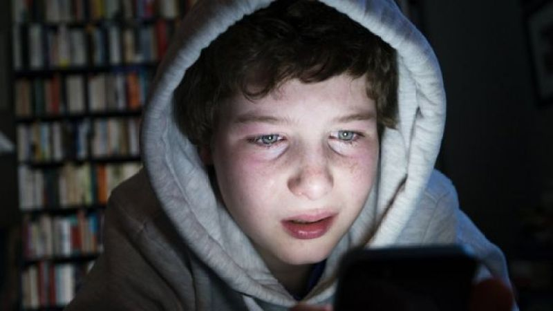 Adolescente que sufre cyber bullying.
