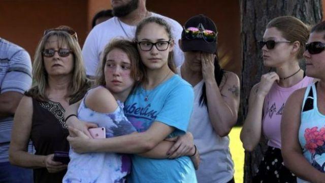 Familiares do lado de fora da escola Santa Fe High School