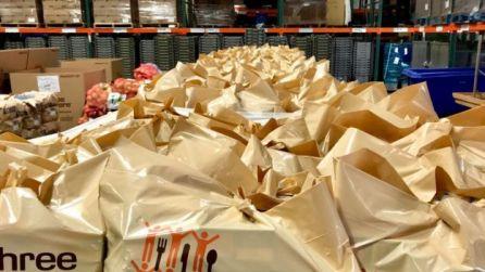 Sacolas pardas com alimentos para doação