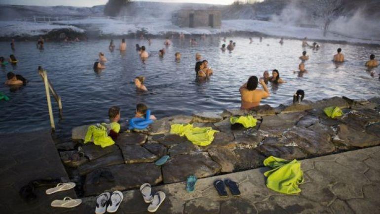 Laguna del Golden Circle con turistas