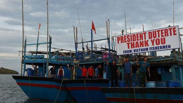 Thuyền ngư dân Việt được thả mang biển cảm ơn Tổng thống Duterte