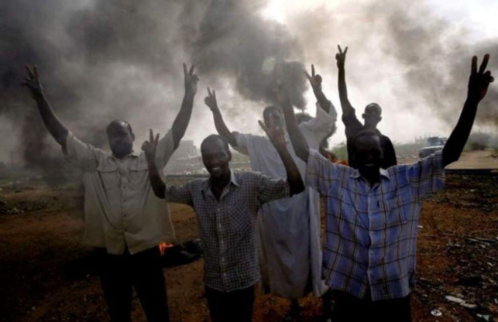 المتظاهرون يتحدون فض الاعتصام