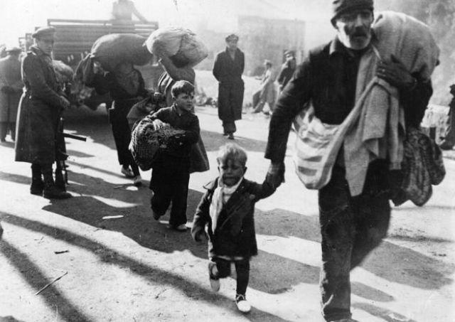 Refugiados españoles cruzando a Francia.