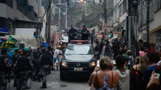 Policiais em favela