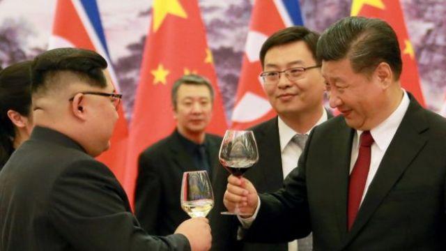 Kim Jong-un y Xi Jinping brindan durante su reunión en Pekín