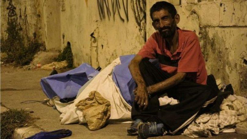 Santiago Cardoso na calçada onde vive em Artur Alvim, na zona leste