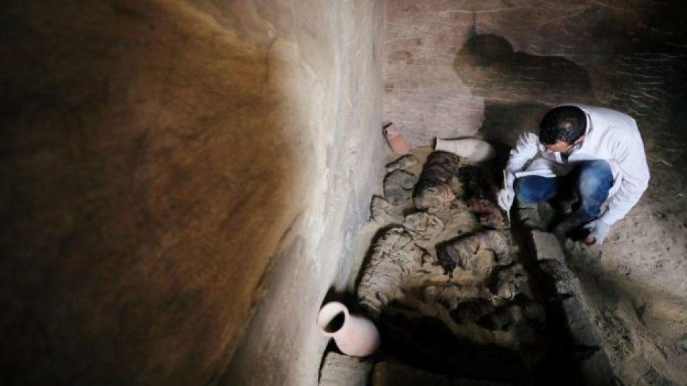Un arqueólogo trabaja en una tumba.