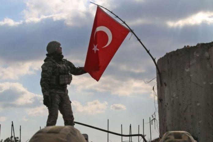 Burseya Dağı'na bayrak çeken bir Türk askeri