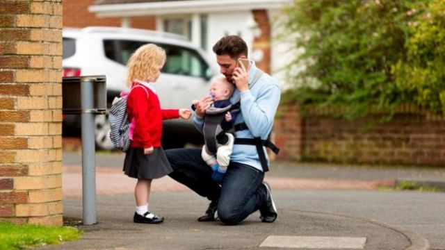 Un padre con sus hijos