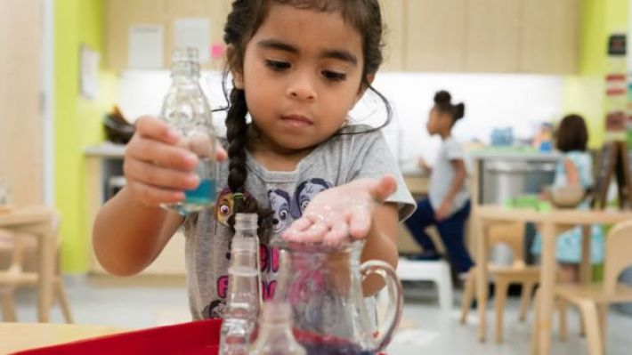 Una nena en una clase de una escuela Montessori.