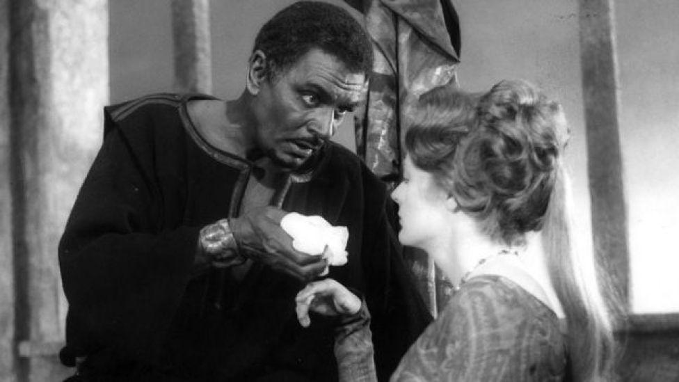 Mid ka mid ah jilaayaasha UK , Sir Laurence Olivier, ayaa xirtay midibka madowga ah 1965