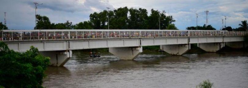 Milhares de imigrantes em ponte que liga México com a Guatemala