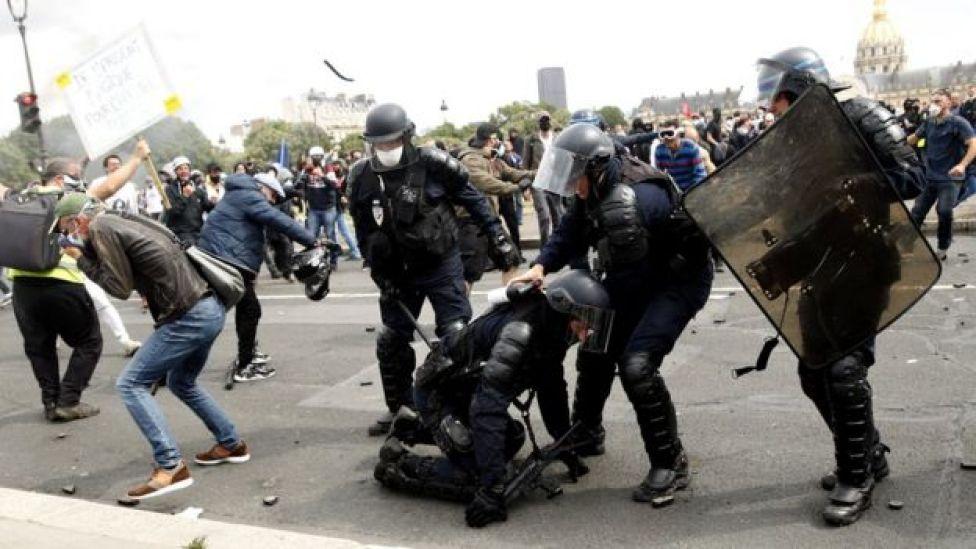 La police anti-émeute française reçoit des projectiles lors d'une manifestation anti-gouvernementale à Paris, France, 16 juin 2020