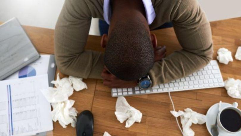 Homem de cabeça abaixada perto de lenços de papel