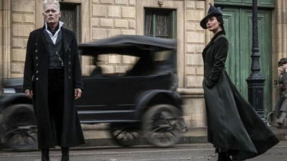 جوني ديب يلعب دور الساحر غيليرت غريندلفالد والممثلة بوبي كوربي تيوتش تلعب دور فيندا روسير