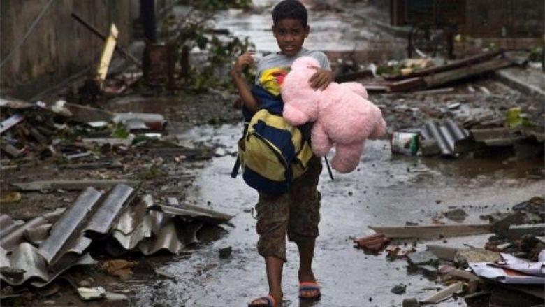 Un niño camina por las calles devastadas en Baracoa con un oso de peluche en la mano