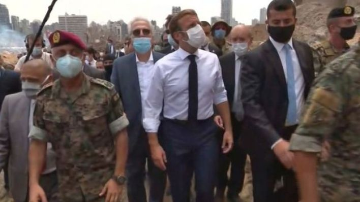الرئيس الفرنسي إيمانويل ماكرون يتفقد الدمار الذي لحق بمرفأ بيروت بعد الانفجار