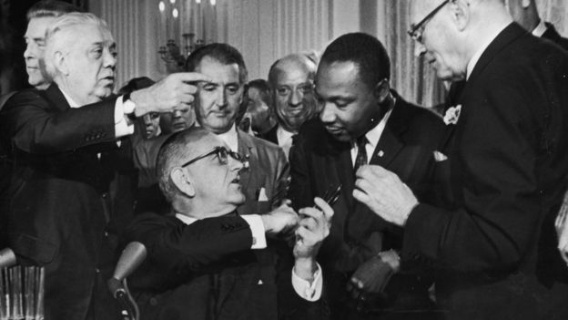 Lyndon B. Johnson ve Martin Luther King Jr'ın el sıkışması.