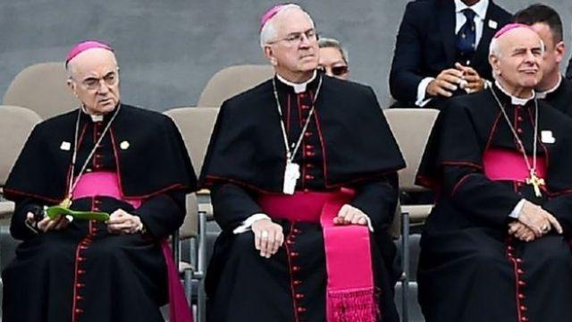 Vigano junto a otros clérigos de la iglesia.