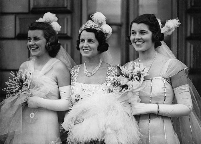 Kathleen y Rosemary saliendo del Palacio de Buckingham con su madre, Rose Kennedy, en medio.