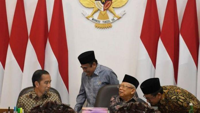 Presiden Joko Widodo (kiri) bersama Wakil Presiden Maruf Amin berbincang dengan Menteri Agama Fachrul Razi