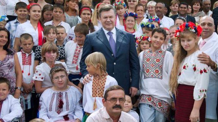 Eski Ukrayna lideri Viktor Yanukoviç Çernobil programına katılan eski hastalarla birlikte.