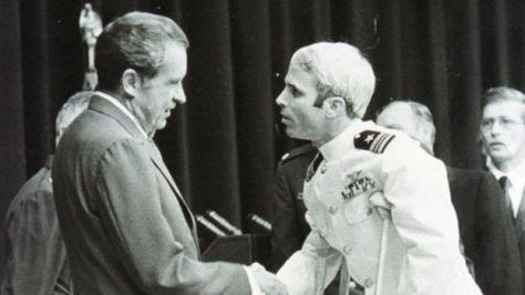 釈放され帰国したマケインは、松葉杖をつきながらニクソン大統領に面会した